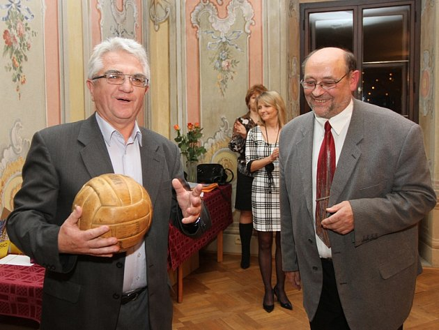 Jedním z oceněných zasloužilých pracovníků byl Jan Kára (vpravo), který z rukou Ferdinanda Jiskry dostal k nedávným šedesátinám historický basketbalový míč.