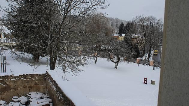 Farská zahrada v Přídolí zapadaná sněhem.