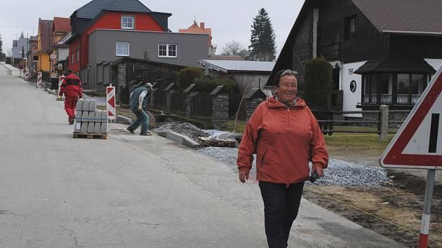 V Jiráskově ulici v Horní Plané staví chodník až k vodě.