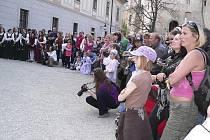 Dvorskou slavnost si nenechalo ujít množství návštěvníků.