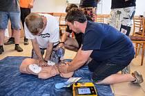 Jak používat Automatický externí defibrilátor, naučili velešínské dobrovolné hasiče členové jihočeské ZZS.