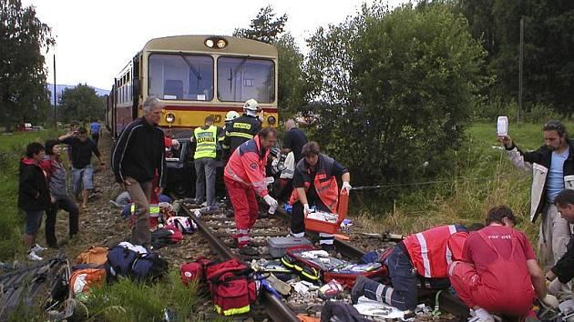 Na místě nehody zasahovalo několik záchranek, jednotek hasičů i policisté.