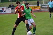 Ondrášovka krajský přebor – 26. kolo: FK Slavoj Český Krumlov (zelené dresy) – TJ Osek 2:0 (1:0).