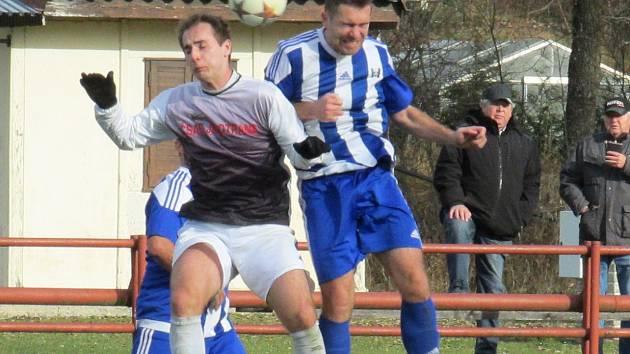 Jedinou branku utkání zaznamenal v 78. minutě kaplický ofenzivní hráč Radek Řežáb (vlevo, ve vzdušném souboji s dobrovodským Josefem Peleškou).