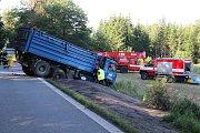 Dvě osobní auta a jedno nákladní auto s přívěsem naložené sklizenou řepkou se střetla na silnici E 55 pod netřebickými serpentinami poblíž Zvíkova. Při nehodě jedna osoba utrpěla vážné zranění a jedna osoba se zranila lehce.