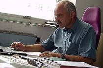 Jiří Peterka ve své kanceláři, odkud nakupuje elektřinu pro JIP – Papírny Větřní, a. s., jednoho ze čtyřiceti největších odběratelů elektrické energie v Česku.