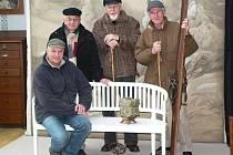 Krásné příležitosti nechat se vyfotografovat v Seidlově ateliéru využili i členové Společnosti žebříkového kamene z Křemže. Jejich symbol – kámen z Kleti – vzali s sebou.