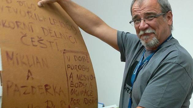 Ivan Slavík z českokrumlovského regionálního muzea s jednou z mála podepsaných protestních desek v republice.