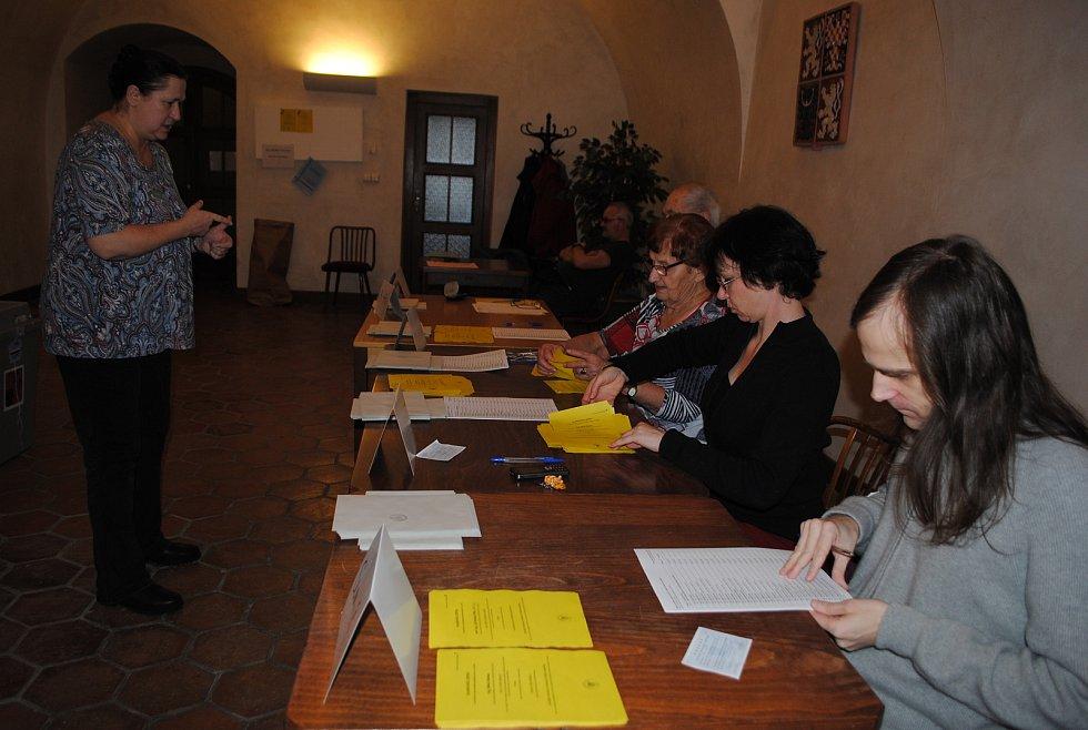 Komise českokrumlovského volebního okrsku č. 8 v plných přípravách.