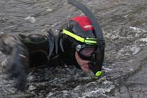 Vánoční plavání krumlovských vodních záchranářů.