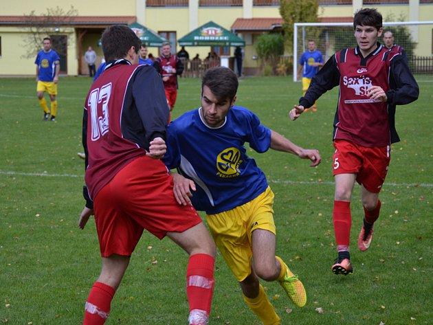 Výhru Zlaté Koruny v derby s Chvalšinami (2:0) gólově pečetil Dominik Fuciman (uprostřed mezi hostujícím duem Zwifelhofer a Fic).