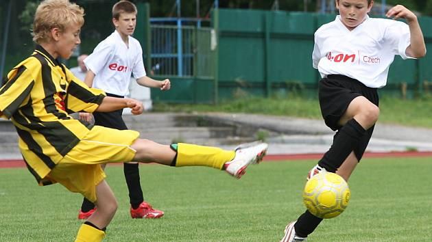 V minulém ročníku obsadili benjamínci domácího Slavoje třetí příčku (momentka z vítězného utkání s Lokomotivou ČB), zítra budou usilovat o vylepšení konečné pozice.