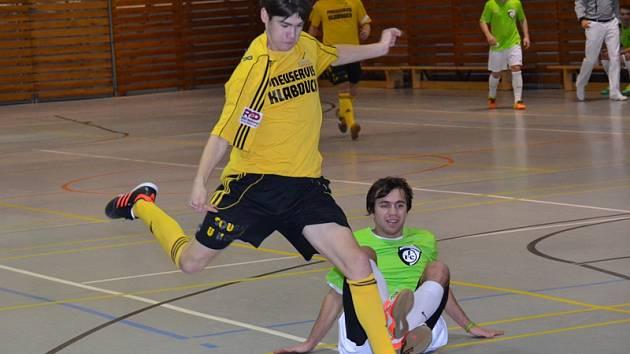 Kanonýrem Bombarďáků v nové sezoně je Jakub Grznárik (při střelbě), jenž se blýskl zejména čtyřmi góly do sítě Zlína.