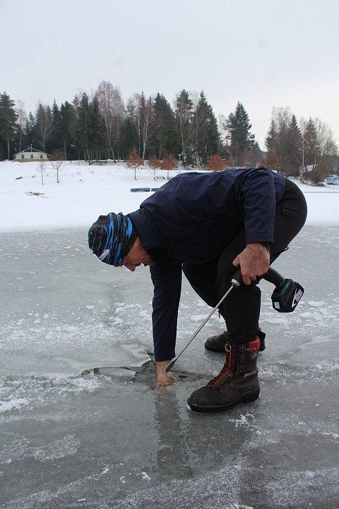 Antonín Labaj led k bruslení připravuje ve Frymburku.