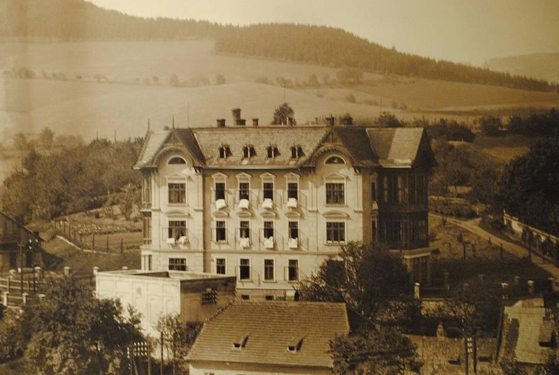Ve spolupráci s Museem Fotoateliér Seidel připravilo centrum desítky fotografií z doby Schieleho života (1890-1918). Na snímku dům na dnešním Plešivci.