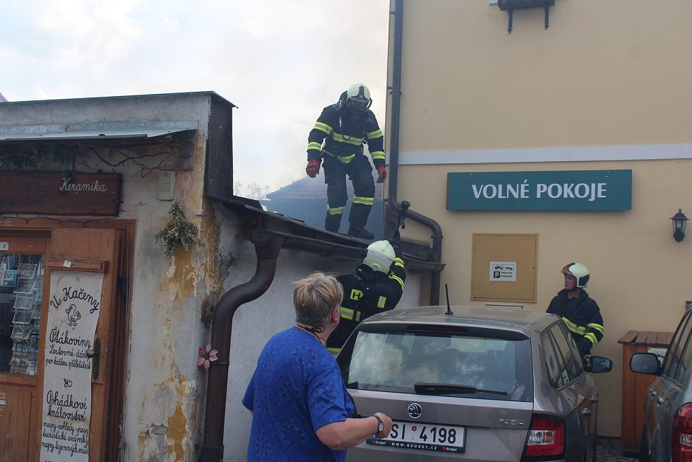 Hasiči zasahují u požáru penzionu Myší díra v Českém Krumlově.