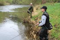 Rybáři při lovu lososovitých ryb na Vltavě ve Zlaté Koruně.