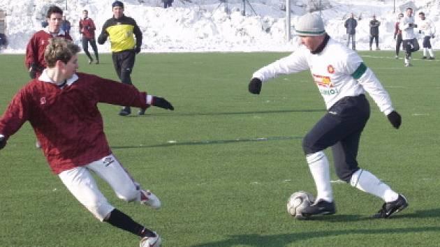 Prestižní partie mezi kaplickým Spartakem a českokrumlovským Slavojem se na Složišti naposledy hrála koncem ledna 2006, kdy se po výsledku 2:0 radovali spartakovci (u míče krumlovský David Čábela ve snaze projít kaplickou obranou).