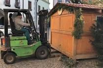Stánky na krumlovském vánočním trhu musely dál od sebe.