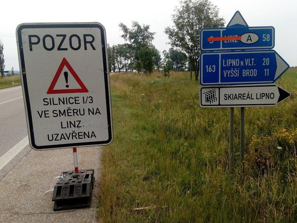 Hlavní tah do Rakouska je v jednom směru zavřený, objížďka je krátká.