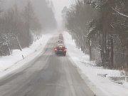 Ze Světlíka na Frymburk. Na Krumlovsku jsou silnice prohrnuté, místo jsou ale pokryté vrstvou sněhu, ať čístého, nebo prosoleného.