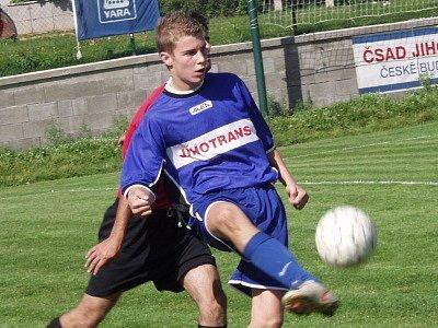 Záložní tým Křemže v brankově bohatém utkání doma deklasoval Pohorskou Ves v poměru 8:1 a čtyřmi brankami vítězů se blýskl mladíček Petr Kouba (u míče).