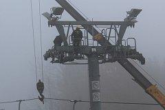 Jeřáb sundal z kladkových baterií lano, technici se mohli pustit do jejich demontáže.