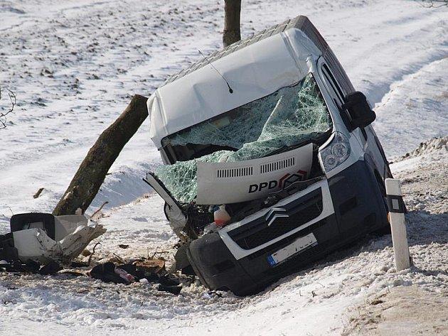 V havarované dodávce se lehce zranili řidič a spolujezdec.