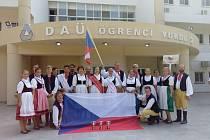 Na snímcích jsou Radka Kmochová jako Mrs. Peace and Friendship a Tomáš Thon jako Mr. Jury. Ostatní jsou další účastníci miss a tanečníci, kteří se učili turecký tanec. V bílém jsou Mrs. a Mr. Bílé párty - Vladimíra Berná a Adam Glowacz.