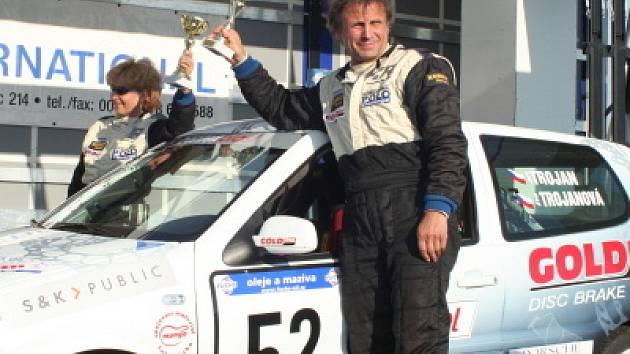 Jiří a Eva Trojanovi letos vystoupili na nejvyšší stupínek ve Freistadtu, v Českém Krumlově a v Třebíči. Obhajobou loňského prvenství završili v Příbrami (na snímku z cílové rampy) svou dosud nejúspěšnější sezonu s Volkswagenem Polo.