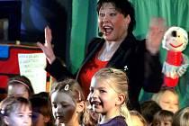 Zpěvačka Dagmar Patrasová si při svém vystoupení v Českém Krumlově zatančila i s dětmi.