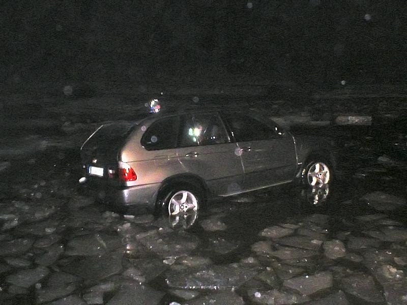 Terénní vůz BMW X5 skončil na dně lipenského jezera, když se pod ním prolomil led.