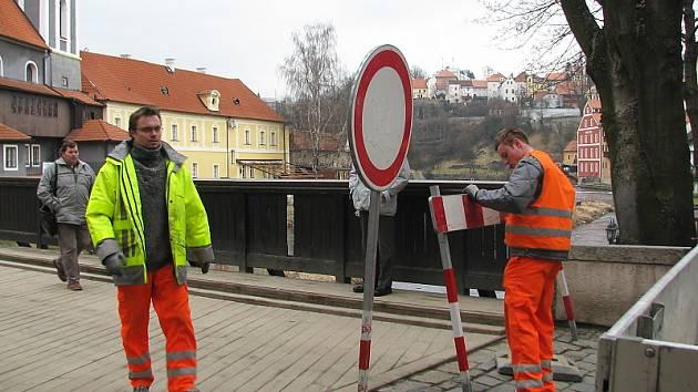 V pondělí dopoledne byl Lazebnický most uzavřen pro veškerou dopravu.
