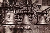 Dobový snímek zachycuje nové zvony, které Křemže v roce 1926 zakoupila z veřejné sbírky. I tyto zvony ovšem, stejně jako ty předešlé, odnesla válka