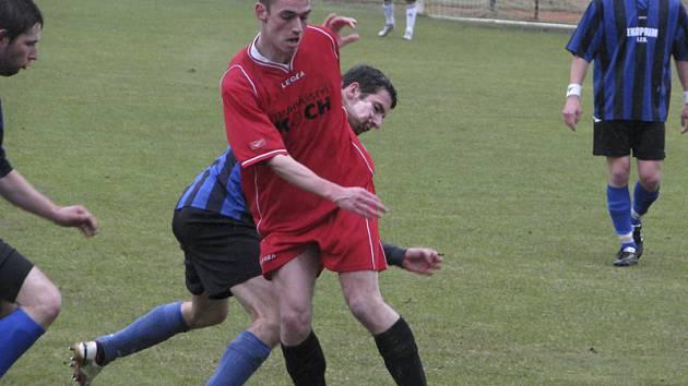 Větřínský středopolař Pavel Sikuta (u míče, v souboji s chvalšinským Michalem Postlem) dal v derby důležitý gól na 1:1.