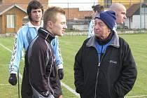 """""""Druhou nejvyšší krajskou soutěž chceme pro Novou Ves udržet i do budoucna,"""" jasně říká trenér Karel Švarc (vpravo v popředí)."""