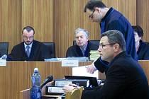 Předseda senátu Ondřej Círek (vlevo) a Zdeněk Zídek (zcela vpravo). Starostu přijeli podpořit i obyvatelé Lipna s peticí, kterou podepsalo přes tři sta lidí z obce.