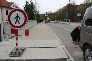 V Českém Krumlově na Chvalšinské začala stavba přechodu pro chodce a cyklisty.