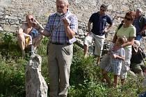 O alternativních energiích se na Dívčím kameni každoročně diskutuje. Na snímku stojí přednášející Jiří Píša u menhiru, kdy ještě stál ve zřícenině na svém místě.