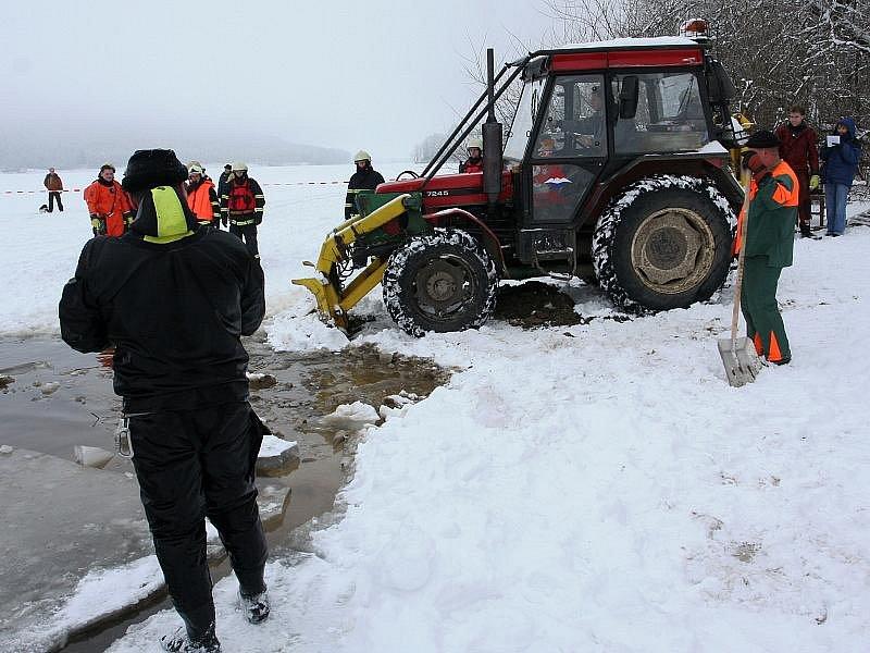 Hasiči vyprošťovali osobní automobil Toyota RAV4 rakouského řidiče, který se ve středu 13. ledna probořil ledem do Lipna při jízdě po zamrzlé hladině vodní nádrže mezi Frymburkem a Frýdavou.