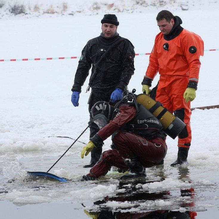 Riskantní nápad cizinců zkrátit si cestu přes led následně zaměstnal spoustu lidí, aby auto dostali z Lipna ven.