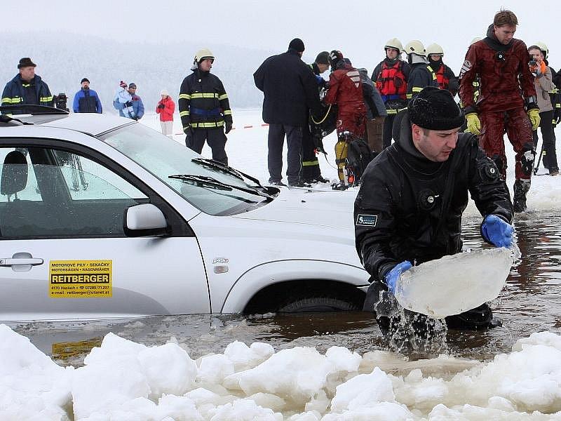 Ve čtvrtek hasiči prořezali cestu v ledu, aby mohli auto po dně s pomocí traktoru s navijákem vytáhnout ven.