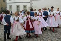 Program Svatováclavských slavností na náměstí zahájila krumlovská kapela Lakomá Barka.