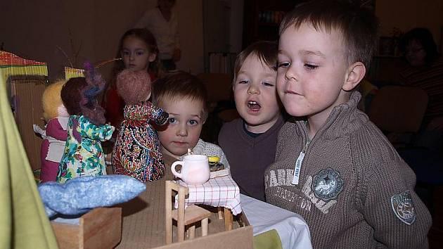 Pestrou škálu kurzů a seminářů nabízí českokrumlovské sdružení Světlo Slunce také pro děti. Kromě jógy či kurzů kreslení pravou mozkovou hemisférou je to i Veselá školička zaměřená na přirozený vývoj dítěte.
