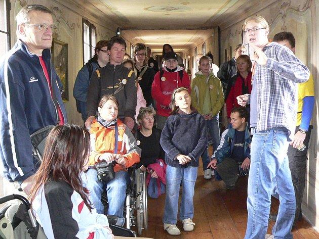 Handicapovaní návštěvníci se do českokrumlovského zámku dostali spojovací chodbou Plášťového mostu.