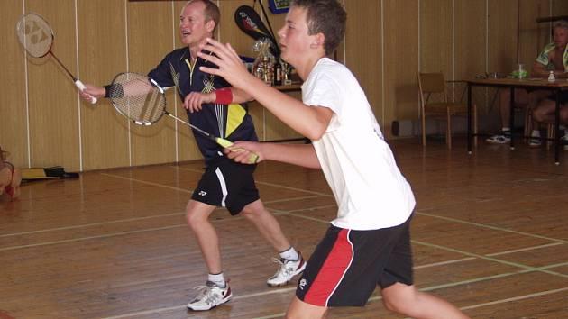 Veletržní pohár ve čtyřhře v Křemži je speciálním kláním už způsobem sestavování soutěžních dvojic, které před začátkem z přihlášených hráčů určí nevyzpytatelný los.