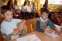Učitelé z mnoha evropských zemí (na snímku v pozadí ve třídě 1. B) v kaplické Základní škole Fantova poznávali, jak to chodí v českém školství.