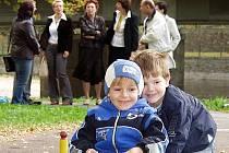 Ještě než ve čtvrtek zástupci města a českokrumlovského domu dětí (v pozadí) slavnostně otevřeli vylepšené dopravní hřiště, vyzkoušely si jeho kvality děti z Mateřské školy Přísečná.