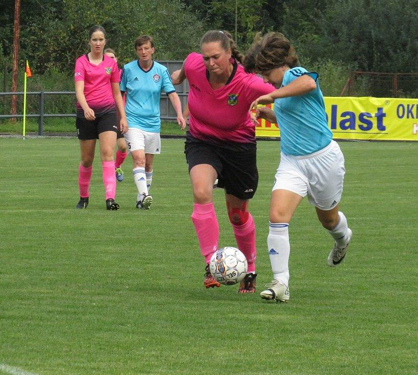 Kaplické fotbalistky (v modrobílém) ve třetím kole divize deklasovaly Hradiště 9:1.