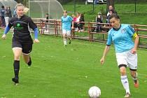 Hattrickem táhla svůj tým k vysoké výhře v Blatné kaplická kapitánka Helena Praizlerová (u míče, na snímku z domácího duelu s VS Plzeň).